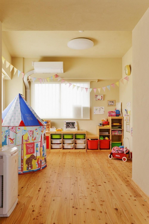 こだわりの間取り・素材・色で作る子育て住まい (杉材に寝転がる子供部屋)