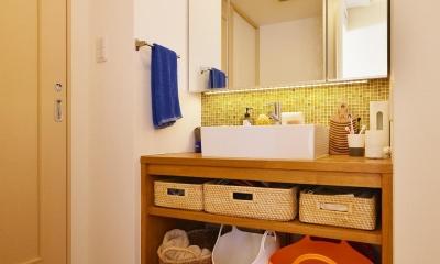 鎌倉市I様邸 ~こだわりの間取り・素材・色で作る子育て住まい~ (POPな色合いがかわいらしい造作洗面台)