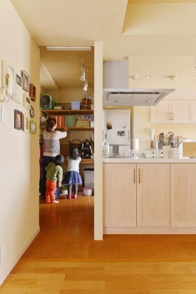 3室からの動線を確保したパントリー (鎌倉市I様邸 ~こだわりの間取り・素材・色で作る子育て住まい~)