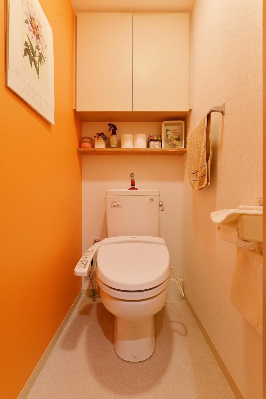こだわりの間取り・素材・色で作る子育て住まい (オレンジのクロスが楽しいトイレ)