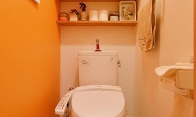 オレンジのクロスが楽しいトイレ|こだわりの間取り・素材・色で作る子育て住まい