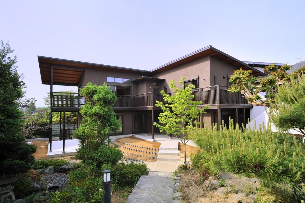 外観 (T邸-古都に建つ桜と池を望む家-奈良)