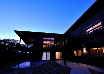 T邸-古都に建つ桜と池を望む家-奈良 (夕景)