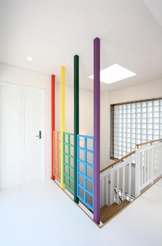 大家族が住める家の部屋 カラフル階段上部