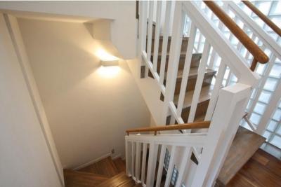 明るい雰囲気の白の階段 (大家族が住める家)