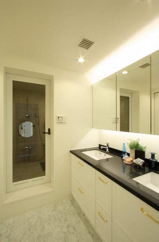 統一感のある家の写真 雰囲気のある洗面スペース