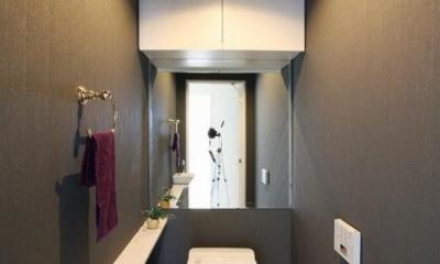 統一感のある家 (黒のクロスのトイレ)