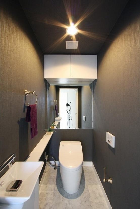 統一感のある家の写真 黒のクロスのトイレ