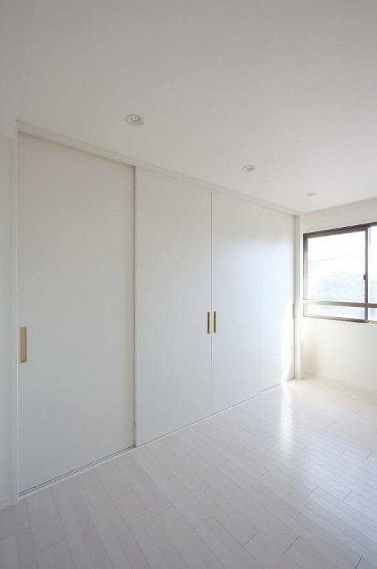 統一感のある家の写真 白を基調とした寝室