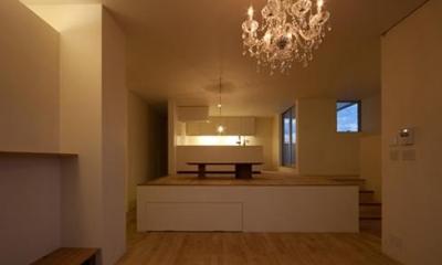 落ち浮いた雰囲気のリビング(夜間)|小倉の家