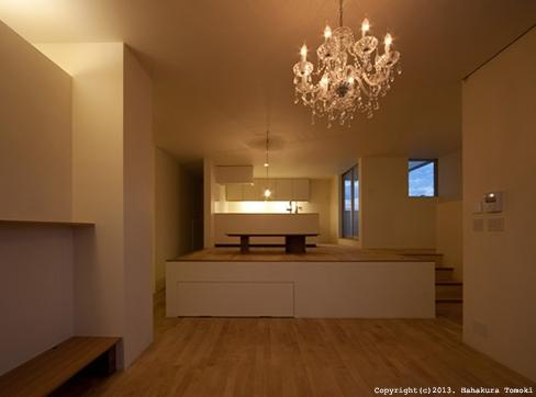 小倉の家の部屋 落ち浮いた雰囲気のリビング(夜間)