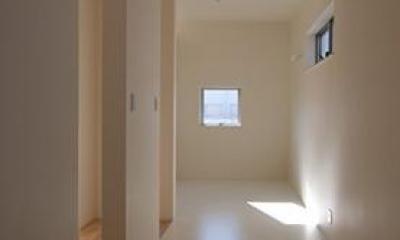 小倉の家 (白を基調としたシンプルな廊下)