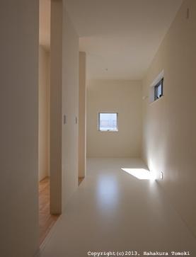 小倉の家の部屋 白を基調としたシンプルな廊下
