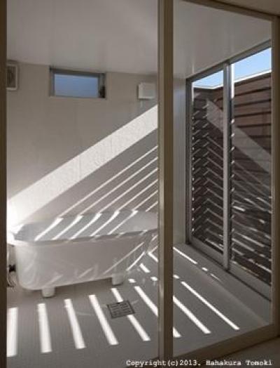 小倉の家 (光が入り込むバスルーム)