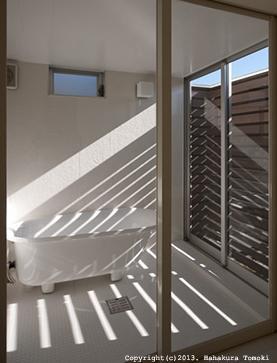 小倉の家の部屋 光が入り込むバスルーム