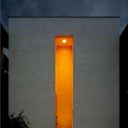 窓はある家 (外観(夜間))