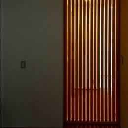 窓はある家 (光がこぼれる格子状の扉)