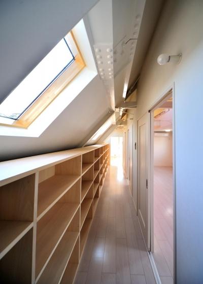 W邸-都心に建つ瀟洒な二世帯住宅-東京・神楽坂 (3F書棚)