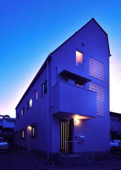 W邸-都心に建つ瀟洒な二世帯住宅-東京・神楽坂 (外観夕景)