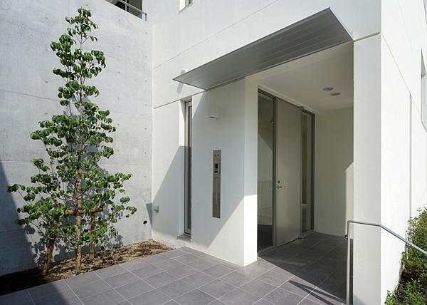 がけ地に建つ家の部屋 玄関