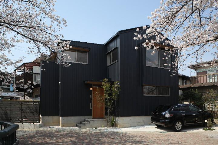 桜並木を眺める小さな家の写真 外観