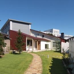 庭と暮らす家 (外観)