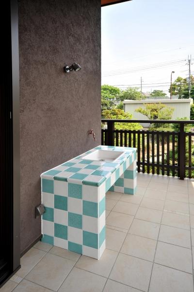 T邸-古都に建つ桜と池を望む家-奈良 (テラスのシンク)