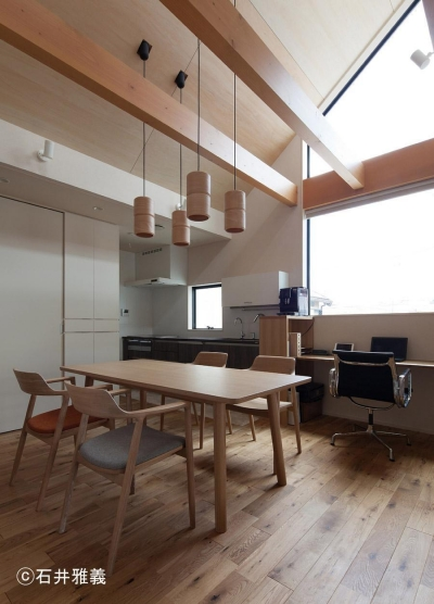 黒の焼杉と大開口が象徴的な2世帯住宅|桜川の家 (大開口のあるダイニング)
