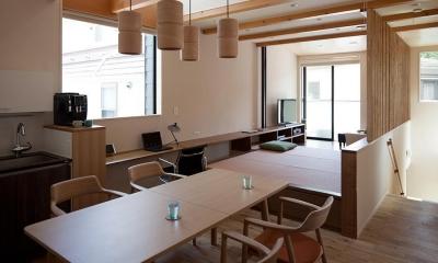 黒の焼杉と大開口が象徴的な2世帯住宅|桜川の家 (小上がりのある居間と連続するダイニング)