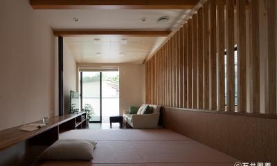 黒の焼杉と大開口が象徴的な2世帯住宅|桜川の家 (小上がりになっている居間)