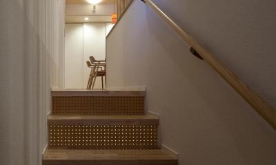 黒の焼杉と大開口が象徴的な2世帯住宅|桜川の家 (穴あき合板を使用した階段)