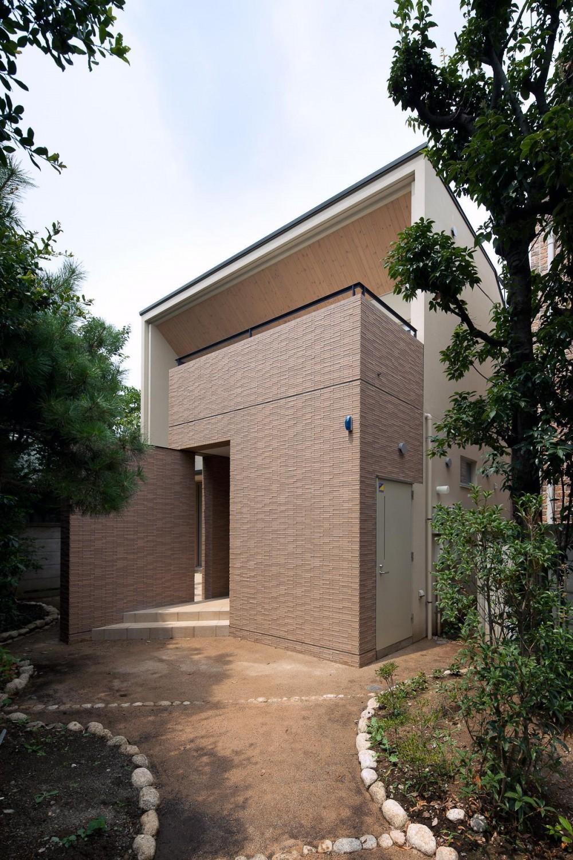 住宅密集地で陽光の恵みを受けるRC住宅|つばさの家 (アプローチ側からの外観)