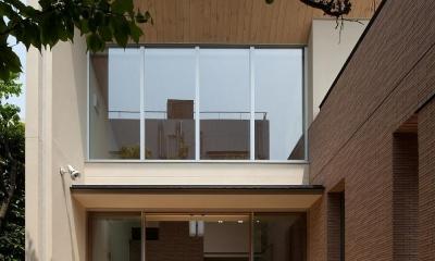 住宅密集地で陽光の恵みを受けるRC住宅|つばさの家 (リビングに面したテラス)