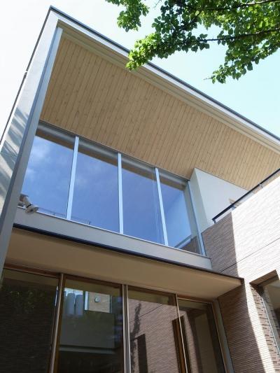 住宅密集地で陽光の恵みを受けるRC住宅|つばさの家 (大きな庇と大きな開口)