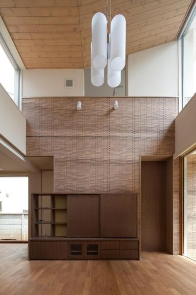 住宅密集地で陽光の恵みを受けるRC住宅 つばさの家 (大きな開口を持つリビング)