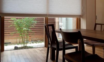 住宅密集地で陽光の恵みを受けるRC住宅|つばさの家 (中庭に面したダイニング)