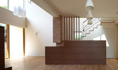 住宅密集地で陽光の恵みを受けるRC住宅|つばさの家 (天井の高低差が空間を豊かにするリビング・ダイニング)