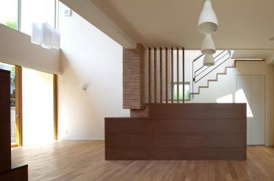 住宅密集地で陽光の恵みを受けるRC住宅 つばさの家 (天井の高低差が空間を豊かにするリビング・ダイニング)