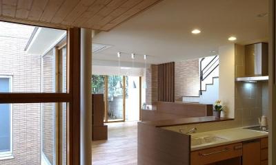 住宅密集地で陽光の恵みを受けるRC住宅|つばさの家 (ワークスペースから見た雁行するダイニング・リビング)