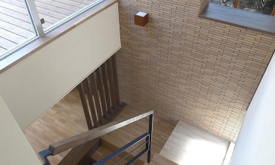 住宅密集地で陽光の恵みを受けるRC住宅|つばさの家 (ダイニングにつながる階段)