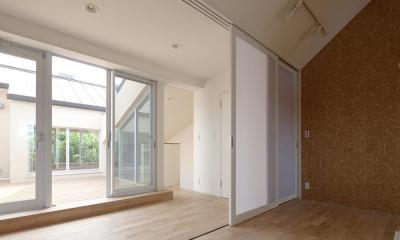 住宅密集地で陽光の恵みを受けるRC住宅|つばさの家 (3連引戸により、廊下と一体化する子供室)