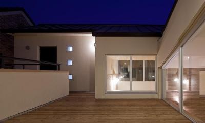 住宅密集地で陽光の恵みを受けるRC住宅|つばさの家 (ルーフテラス夜景)