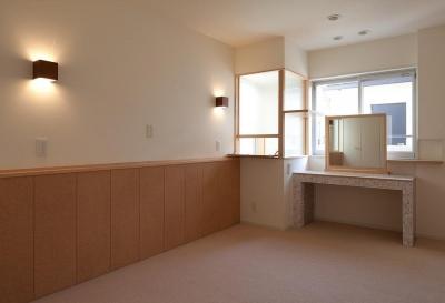 ドレッサーのある主寝室 (住宅密集地で陽光の恵みを受けるRC住宅|つばさの家)