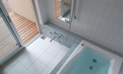住宅密集地で陽光の恵みを受けるRC住宅|つばさの家 (ウッドデッキのある浴室)