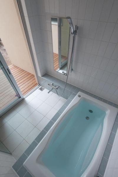 ウッドデッキのある浴室 (住宅密集地で陽光の恵みを受けるRC住宅|つばさの家)