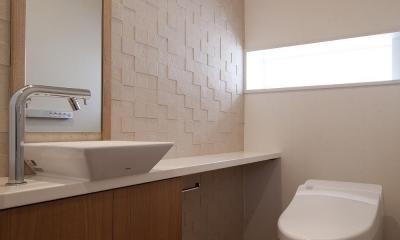 住宅密集地で陽光の恵みを受けるRC住宅|つばさの家 (調湿タイルを貼ったトイレ)