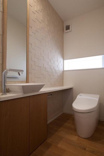 調湿タイルを貼ったトイレ (住宅密集地で陽光の恵みを受けるRC住宅|つばさの家)