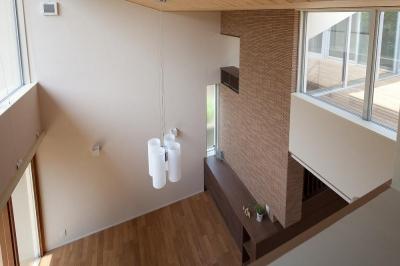 住宅密集地で陽光の恵みを受けるRC住宅|つばさの家 (書斎から見下ろすリビング吹抜)