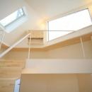 階段からロフトを見上げる(撮影:永石写真事務所)
