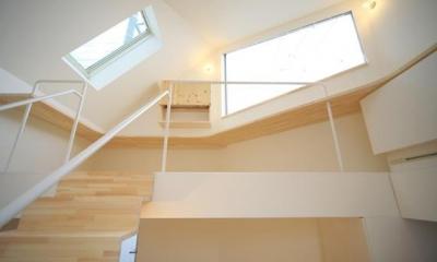 階段からロフトを見上げる(撮影:永石写真事務所)|ミニマムハウス te-house